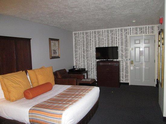 Best Western Corvallis: 9 pillows, cushy seat, weird placement of TV, nice wallpaper