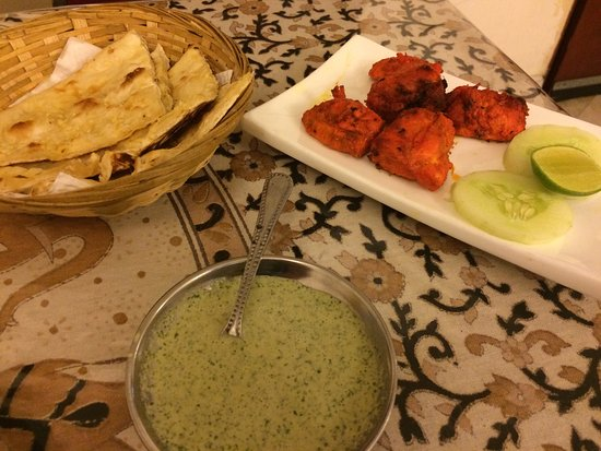 Restaurant D' Tandoori House : Garlic Naan and Chicken Tikka
