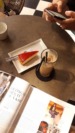 M2C cafe : cheesecake + iced coffee with milk