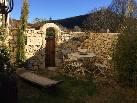 Comps-sur-Artuby, Prancis: Jardin privé attenant à la chambre