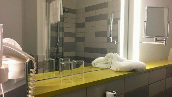 Hotel Michaelis: Im Bad Mit Begehbarer Dusche Ist Genügend Platz Für Alles,  Was Man