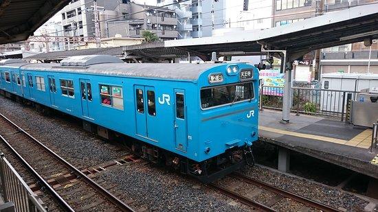 Kinki, Japon : 阪和線から去り行く国鉄通勤形車両