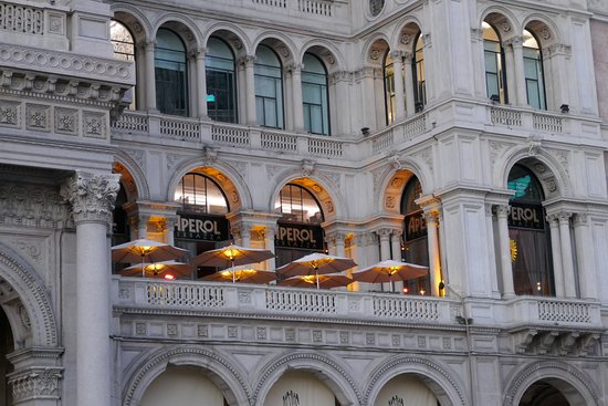 Terrazza Aperol from the piazza - Picture of Terrazza Aperol, Milan ...