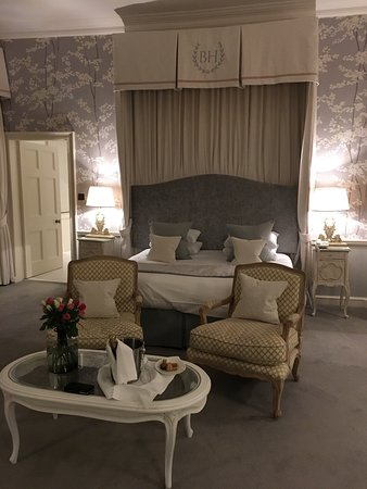 Markinch, UK: Simply magical! The room was so sumptuous and beautiful and the addition to detail in the stylin