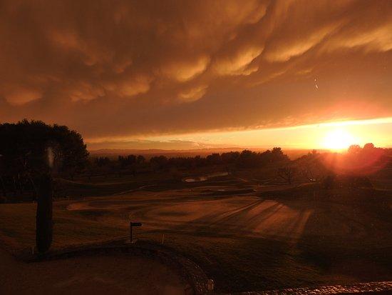 Saumane-de-Vaucluse, Frankrike: vue sur le golf un soir de tempête orageuse