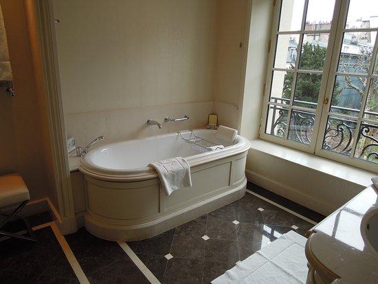 salle de bains chambre Deluxe - Picture of Shangri-La Hotel Paris ...