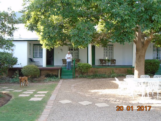 Calitzdorp, Sudáfrica: Looking at the rooms from the garden.
