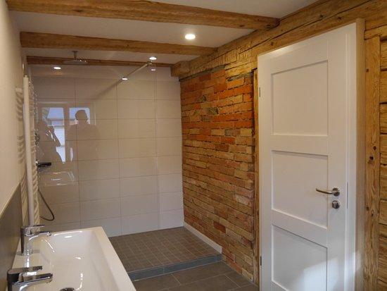 s zimmerle gro z giges badezimmer mit begehbarer dusche bild von zum hirschen hotel. Black Bedroom Furniture Sets. Home Design Ideas