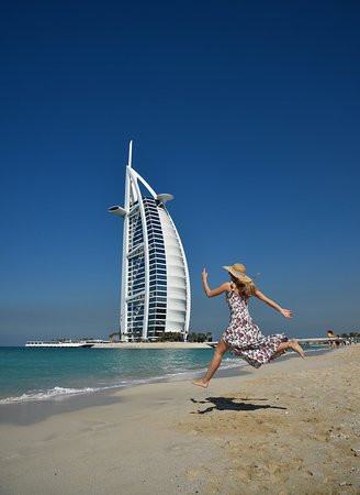 Dubaj, Zjednoczone Emiraty Arabskie: Burj Al Arab, the iconic sail-shaped building that stretches out over the water