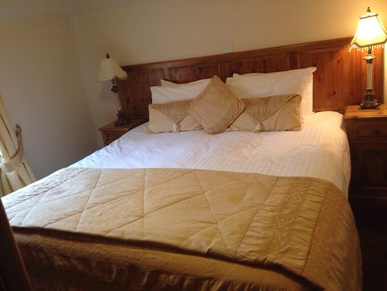 The King William IV Country Inn & Restaurant : Queen size bed