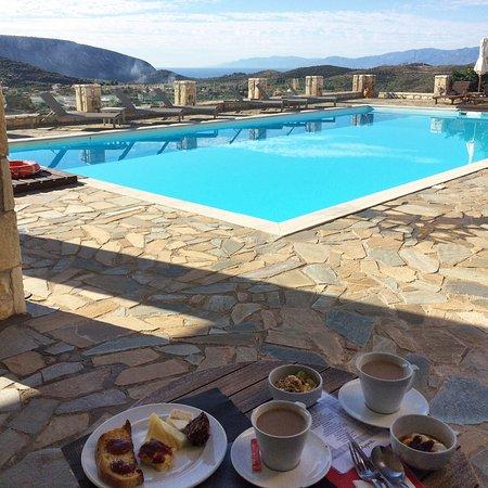 Hotel Perivoli: Beautiful breakfast with a view.