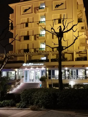 Atlantic Hotel Riccione: Il lungomare di fronte all'Hotel. Pochi metri alla spiaggia