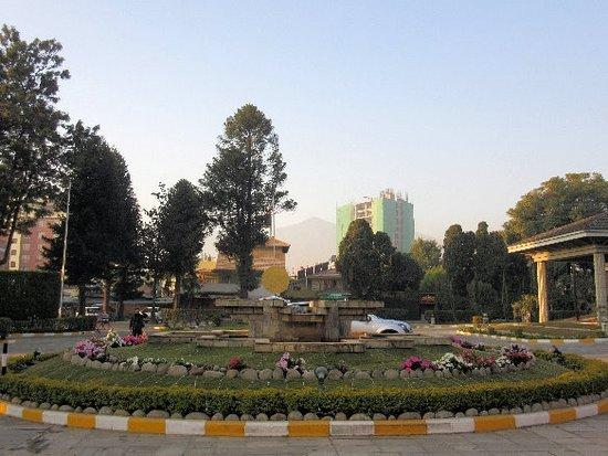 Crowne Plaza Kathmandu-Soaltee: 建物から正門方向に広がる風景