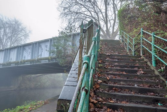 Kennet & Avon Canal: Steps up to Berkeley Avenue Reading from the Kennet