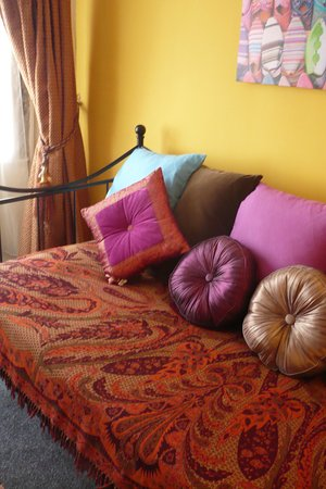 House of Agnes: The cute little lounge area of the Marrakesh suite can also be used as a second bedroom