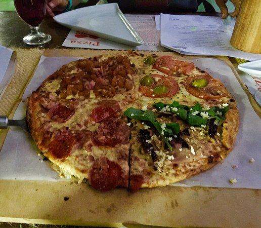 Santander Department, Colombia: La mejor pizza de la región sin asomo de duda. El salmón a la parrilla sobre tagliatelle de pest