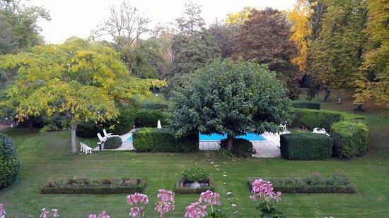 Larcay, France: Vue sur la piscine et le parc