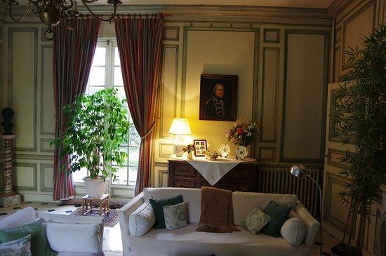 Larcay, France: Vue sur le salon et la fenêtre