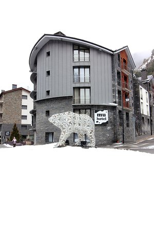 La Cortinada, Andorra: Exterior view (hot tub on left)