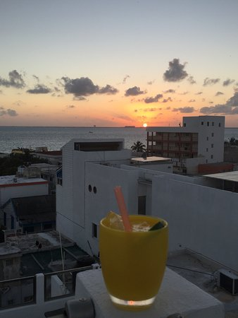 Casa Sirena Hotel : Sundowners on the roof at Casa Sirena. Delicious and relaxing.