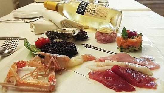 Piatto Di Pesce Crudo Tartare E Sashimi Di Tonno Ricciola E Slmone