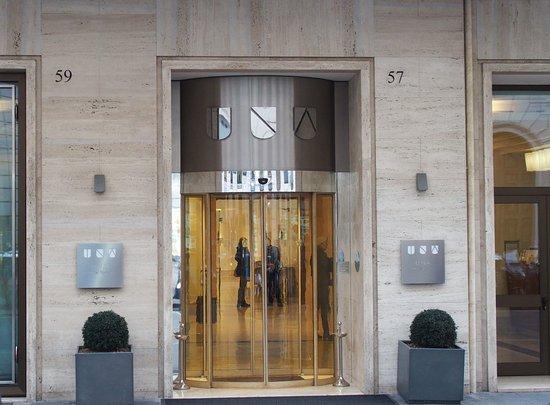 Entrée de l\'hôtel , rue Amendola - Picture of UNAHOTELS Deco ...