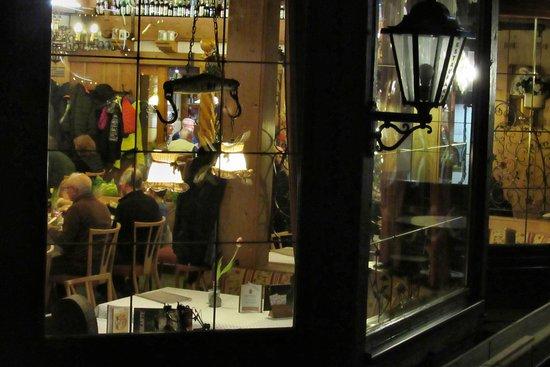 Hotel Sauerlander Hof: Der Blick durchdie Fenster lässt die Gemütlichkeit erkennen.
