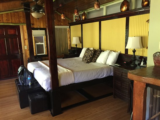 Chalet Kilauea: King-size bed in 103