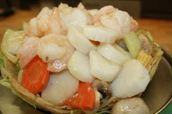 Fort Erie, Kanada: DRAGON NEST WITH SHRIMPS & SCALLOPS IN A POTATOE BASKET THAT CAN BE EATEN.