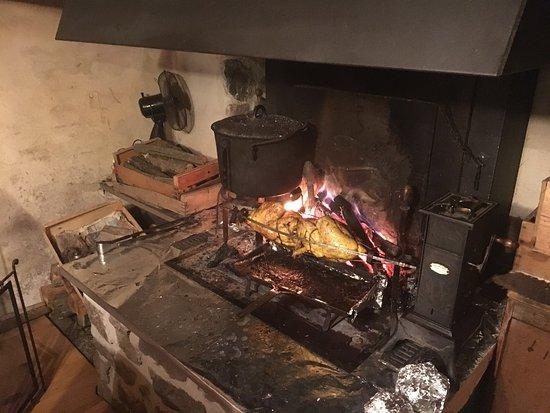 Barnas, France: Le chienne adorable  Un reps au feux de bois La table chaleureuse