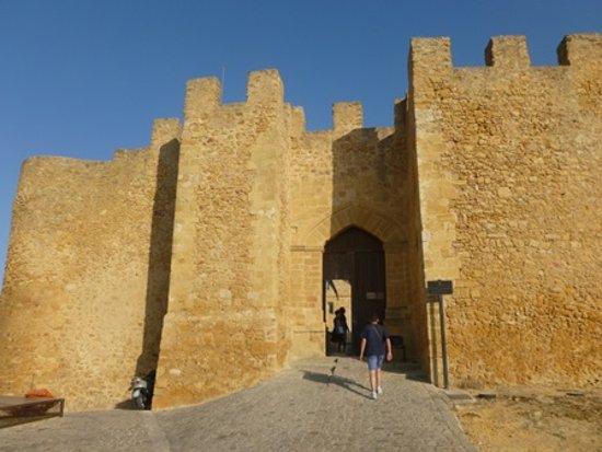 Castello Naro: L'azzurro del cielo e l'ocra della pietra