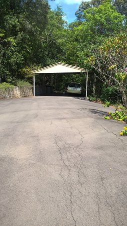 Cooroy, Australia: The garage and the sealed road way that goes through the property.
