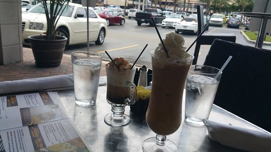 Sunny Isles Beach, FL: Drinks served outside