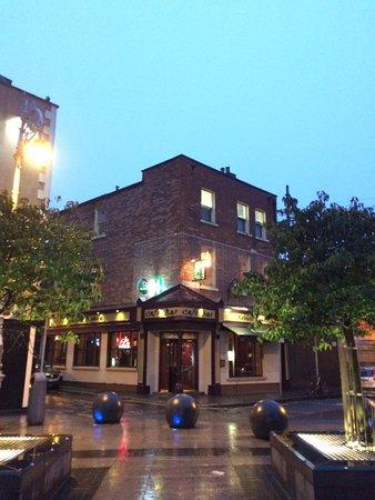 Ryan's Bar & Cafe: Robert Reade at night
