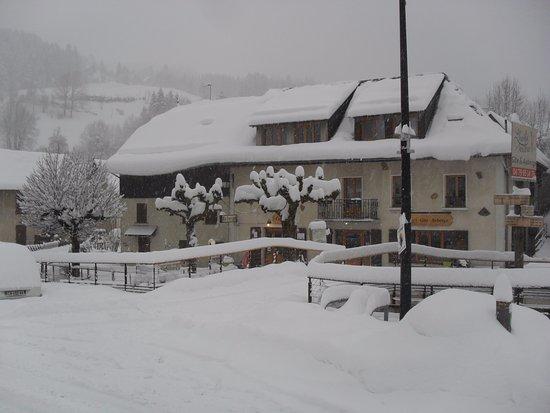 Saint-Pierre-d'Entremont, Francja: Le Gîte Auberge sous la neige