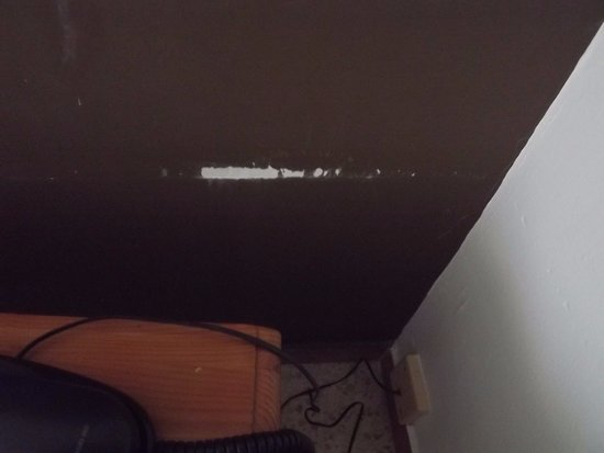 Xon's Platja Hotel: Rascadas de la mesita de noche en la pared.