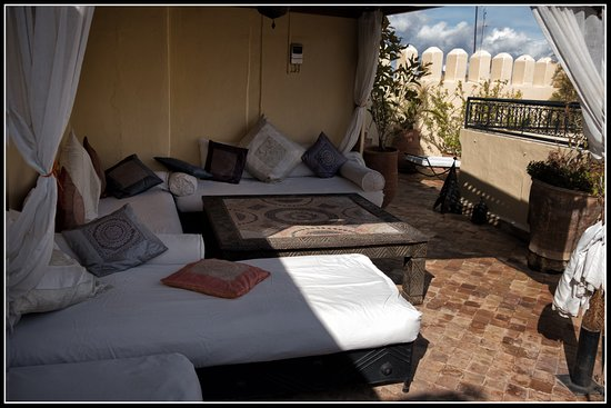 Riad Les Trois Mages: seating area on rooftop