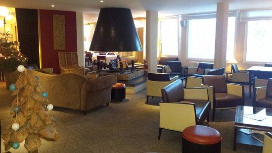 Hotel Le Christiania: Salón con chimenea contiguo al comedor (vistas increíbles a los Pirineos)