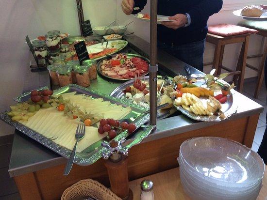 Balingen, Deutschland: Käse-, Wurst- und Fischplatte und andere Köstlichkeiten zum Frühstück