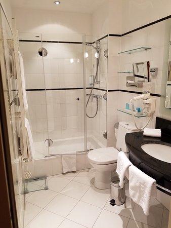 Small Luxury Hotel Das Tyrol: Double bathroom