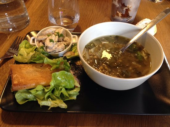 Marssac-sur-Tarn, Frankrike: Soupe de lentilles et blettes, feuilleté sur lit de salade