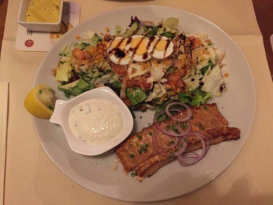 Bad Schonborn, Alemania: Henrys Salat mit warm geräucherten Lachs - exquisites Geschmackserlebnis!