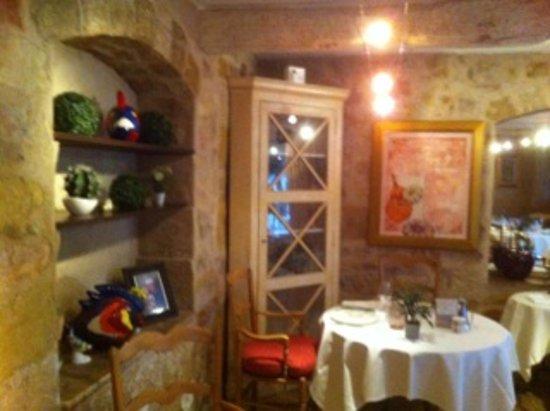 Le Rouret, Frankrike: salle de restaurant... décor chaleureuse et originale