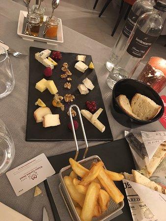 Grassobbio, Itália: Degustazione di formaggi super e tiramisù che è la fine del mondo . Perfetto!