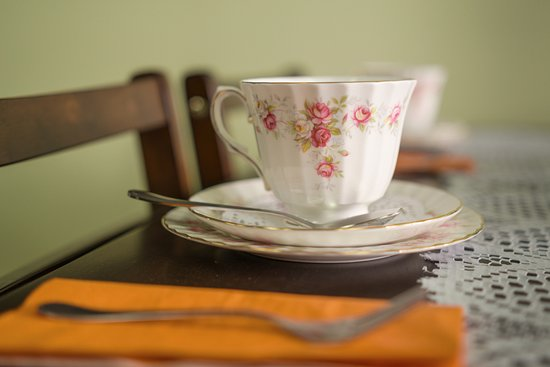 Caboolture, Австралия: Table setting for a morning tea - great devonshire tea is available.  We love antique china.