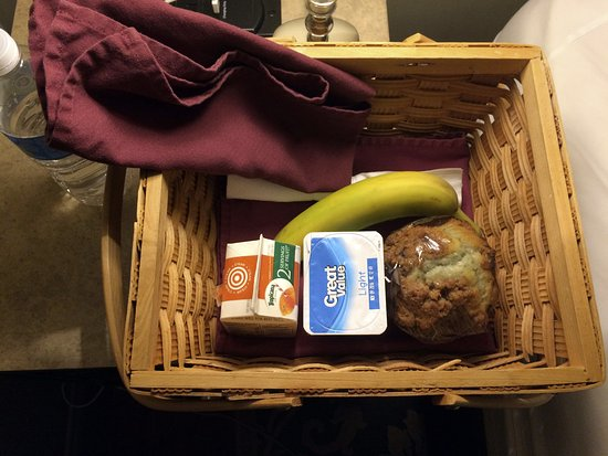 Wytheville, VA: Complementary breakfast basket (that we took up to the terrace)