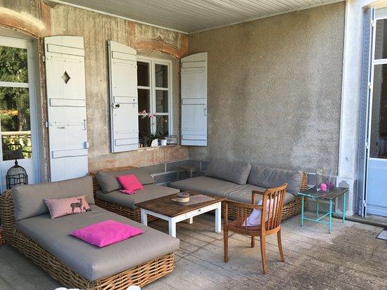 Salon de jardin sur la terrasse couverte - Picture of Le Clos Saint ...