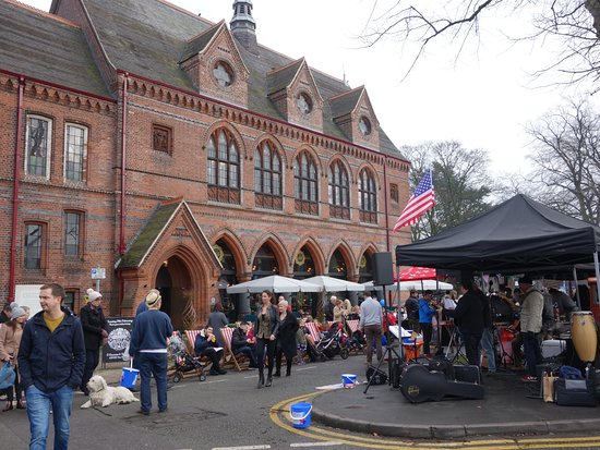 Knutsford, UK: local businesses benefit from the tourism bought in by the market