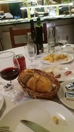 Couvert é composto por pão italiano e manteiga