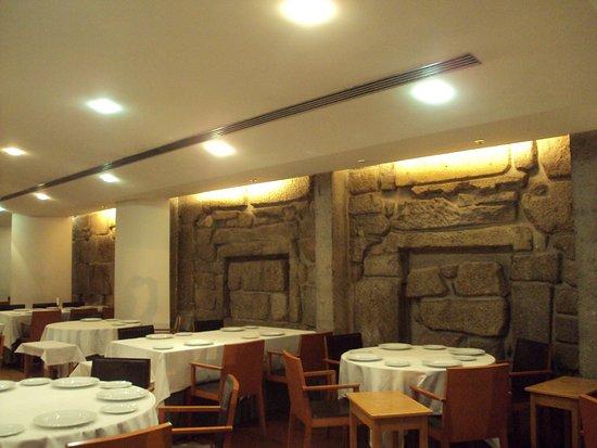Comedor son paredes de piedra. - Picture of D. Tonho, Porto ...
